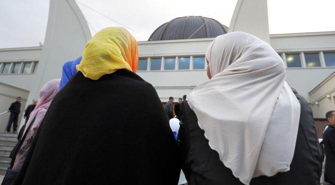 «Salons islamiques» : le  voile comme paradoxe de l'émergence de l'universel par le particularisme